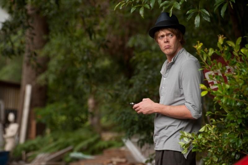 Tre uomini e una pecora: Kris Marshall si guarda intorno in una scena del film