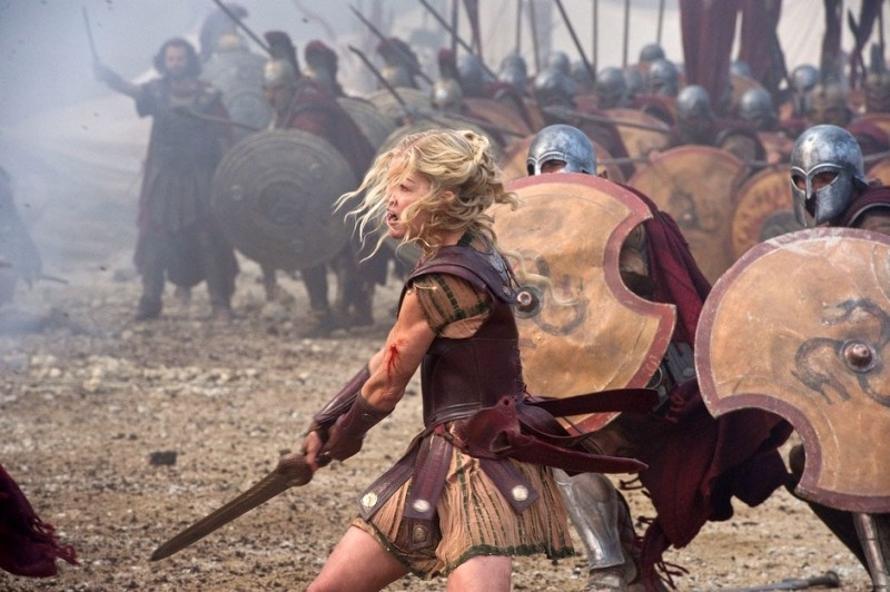Wrath of the Titans: Rosamund Pike combatte nei panni di Andromeda in una scena del film
