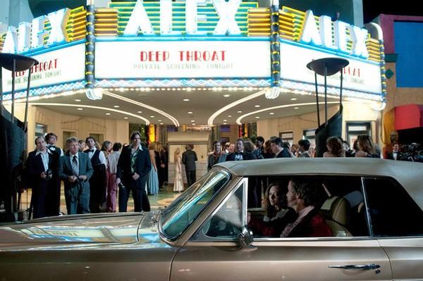 Amanda Seyfried nei panni di Linda Lovelace all'arrivo nel cinema in cui proiettano La vera gola profonda