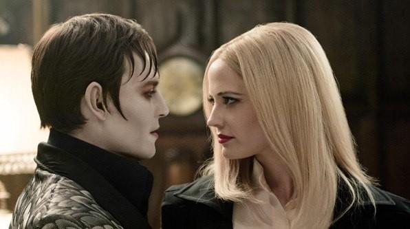 Johnny Depp ed Eva Green in un'intensa immagine di Dark Shadows