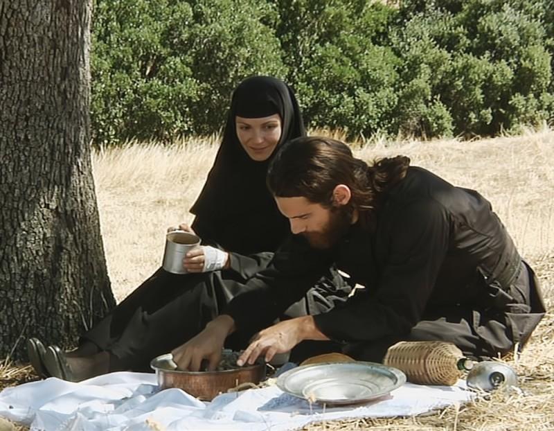 Metéora: Theo Alexander e Tamila Koulieva in una scena del film