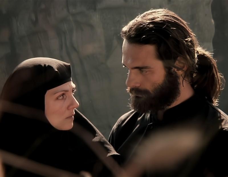 Metéora: Theo Alexander insieme a Tamila Koulieva in una scena del film