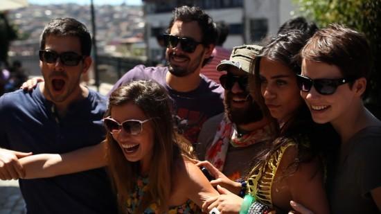 Andrea Osvárt in mezzo a un gruppo di amici in una scena diAftershock