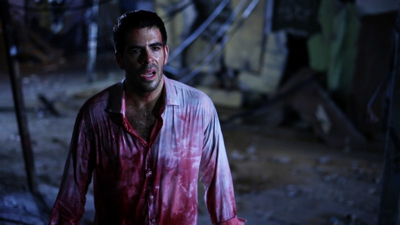 Eli Roth coperto di sangue in una drammatica immagine di Aftershock