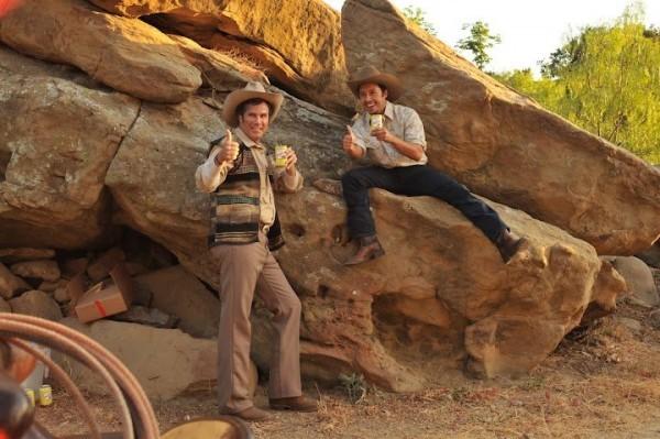Will Ferrell ed Efren Ramirez sul set di Casa de mi padre