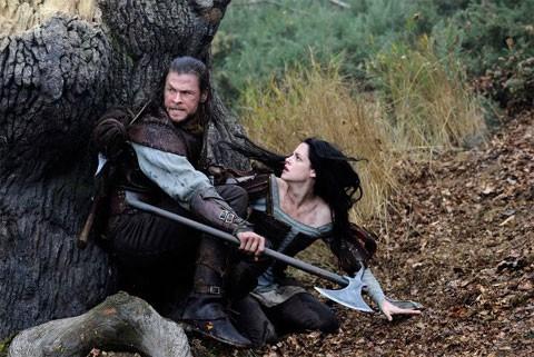 Chris Hemsworth protegge Kristen Stewart in una concitata scena de Biancaneve e il cacciatore