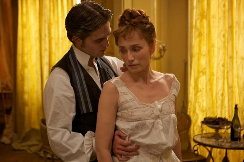 Robert Pattinson insieme a Kristin Scott Thomas in una scena del film Bel Ami