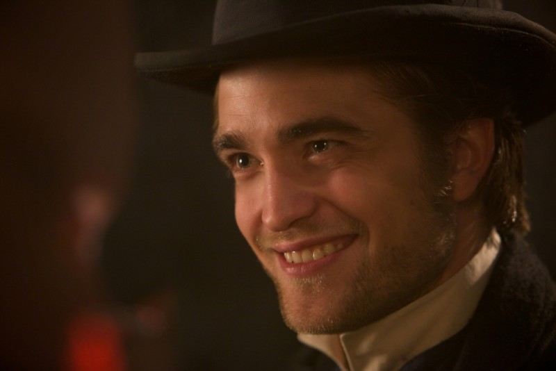Un bel sorriso di Robert Pattinson in una scena di Bel Ami