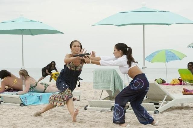 Charlie's Angels: Raquel Alessi e Minka Kelly in una scena dell'episodio Angeli reali