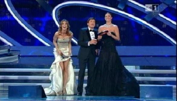 Sanremo 2012: Elisabetta Canalis, Gianni Morandi e Belen Rodriguez sul palco dell'Ariston