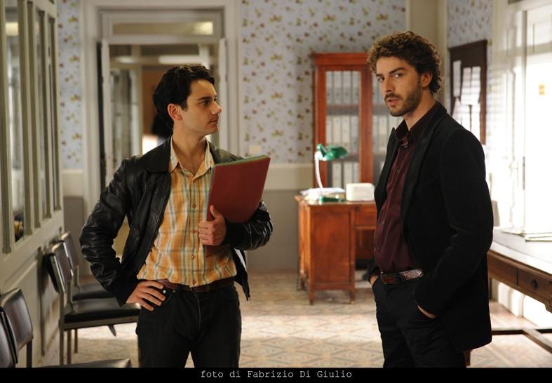 Il giovane Montalbano: Michele Riondino con Beniamino Marcone in una scena