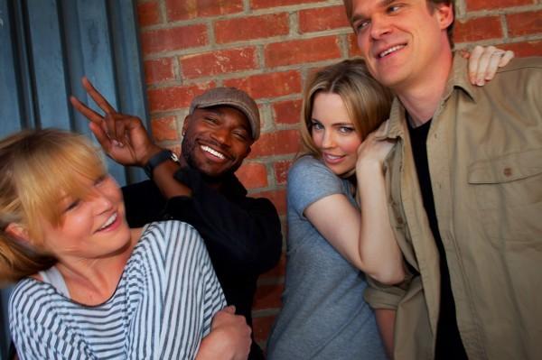 Lo scanzonato cast di Bewteen Us: Julia Stiles, Taye Diggs, Melissa George e David Harbour i