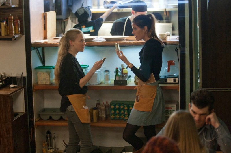 Amanda Seyfried con Jennifer Carpenter in Gone (2012)
