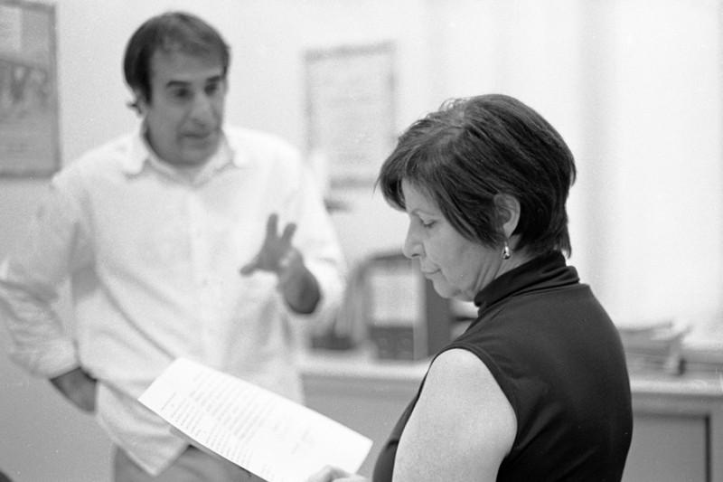 Il regista Enrico Pitzianti sul set di Roba da matti insieme a Gisella Trincas, presidente dell'associazione Asarp Casamatta