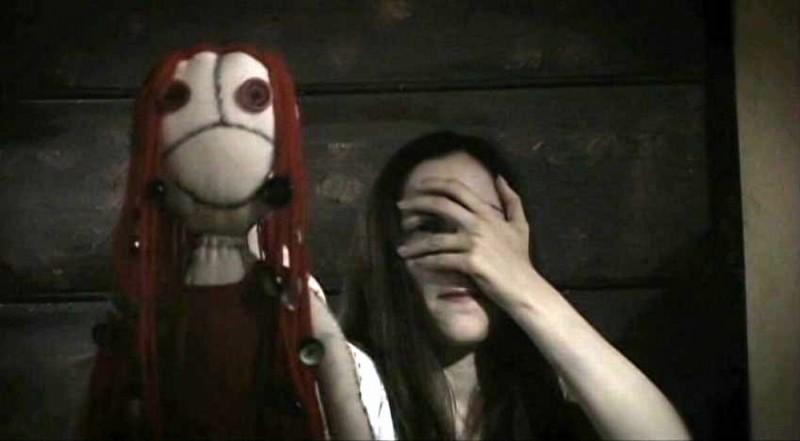 Marysia Kay in un'inquietante immagine dell'horror Colour from the Dark