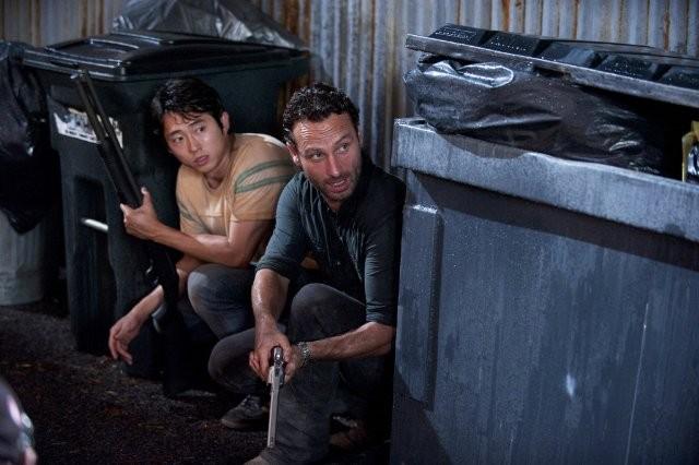 The Walking Dead: Andrew Lincoln e Steven Yeun in una scena dell'episodio Grilletto facile