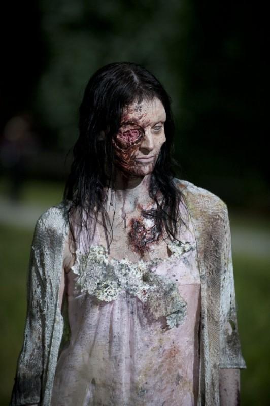 The Walking Dead: una Errante in una scena dell'episodio Grilletto facile