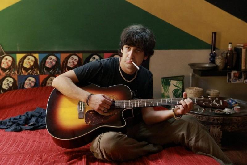 10 regole per fare innamorare: Piero Cardano strimpella con la sua chitarra in una scena del film