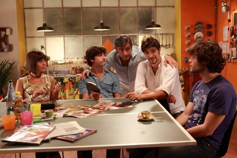 10 regole per fare innamorare: Vincenzo Salemme in una scena del film con Guglielmo Scilla, Fatima Trotta, Piero Cardano e Pietro Masotti