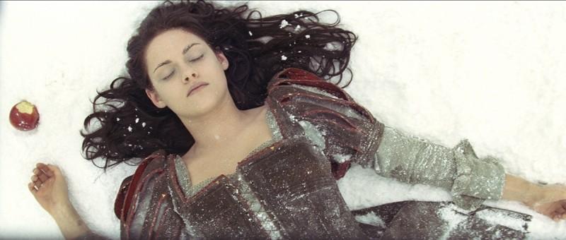 Kristen Stewart svenuta dopo aver mangiato la mela avvelenata in Biancaneve e il cacciatore