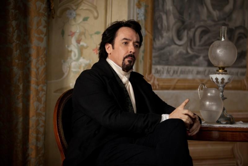 The Raven: John Cusack nei panni del grande Edgar Allan Poe in una scena del film
