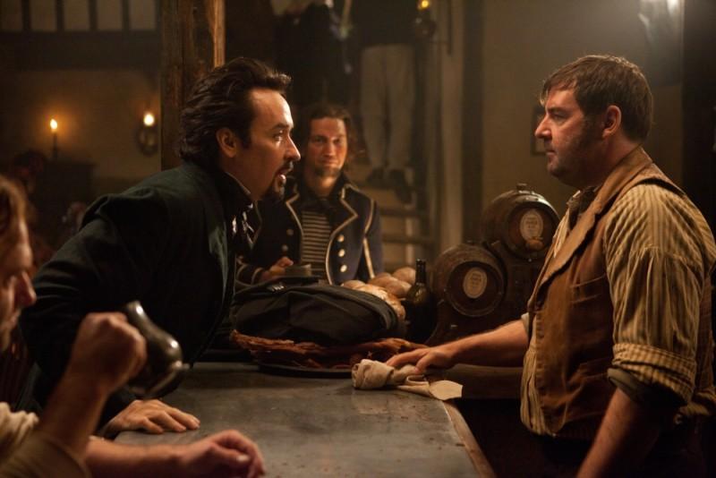 The Raven: John Cusack nei panni di Edgar Allan Poe in una scena del film