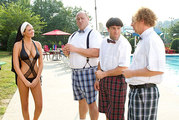 Kate Upton sexy suora alle prese con Sean Hayes, Will Sasso e Chris Diamantopoulos, protagonisti di The Three Stooges