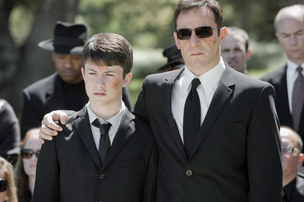 Awake: Jason Isaacs e Dylan Minnette nel pilot della serie