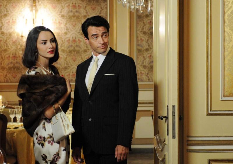 L'affascinante Alessio Boni e Caterina Misasi nei panni di Lucia Bosè in una scena della miniserie di Rai Uno Walter Chiari Fino all'ultima risata