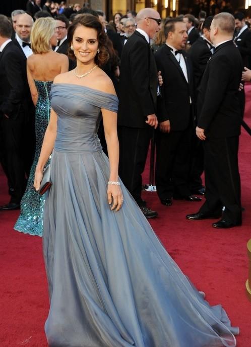 Oscar 2012: Penelope Cruz sfila sul red carpet