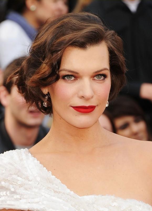 Oscar 2012: una Milla Jovovich raggiante sul red carpet