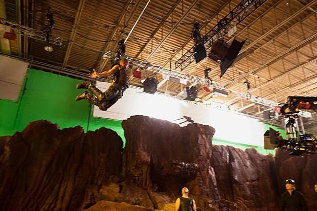 Uno spettacolare stunt di Vin Diesel sul set di Riddick