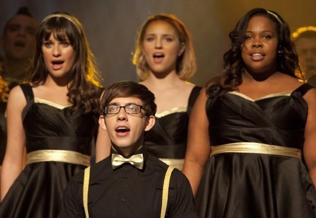 Glee: Amber Riley, Lea Michele, Dianna Agron e Kevin McHale in una scena dell'episodio On My Way
