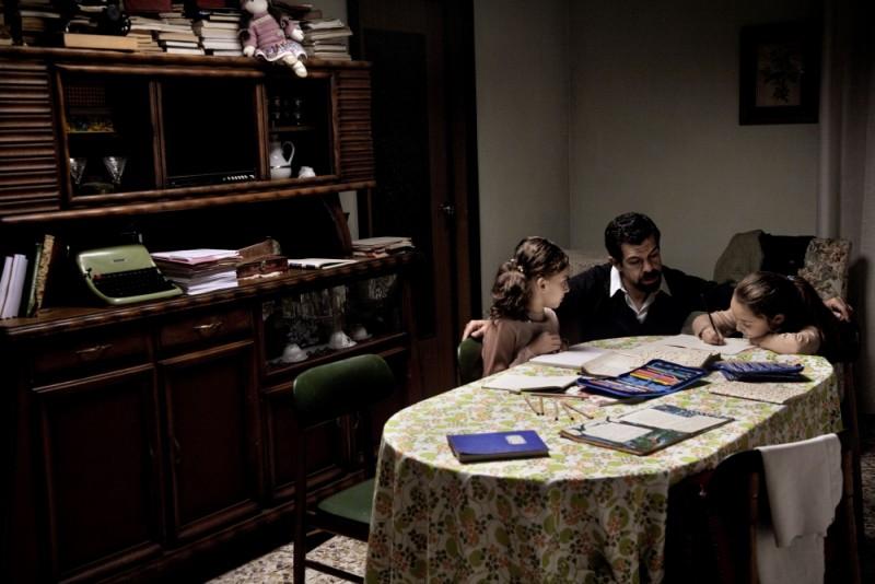 Romanzo di una strage: Pierfrancesco Favino in una scena del film nei panni dell'anarchico Giuseppe Pinelli