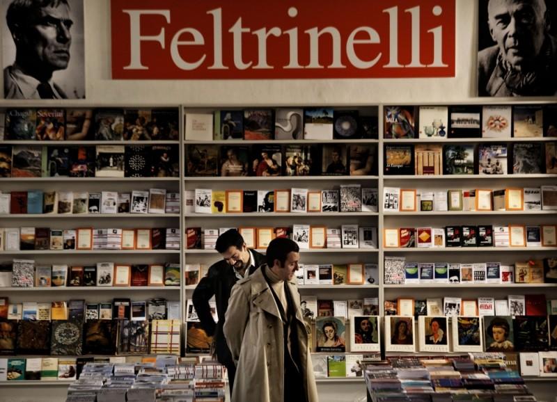 Romanzo di una strage: Pierfrancesco Favino insieme a Valerio Mastandrea in una scena del film
