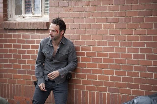 The Walking Dead: Andrew Lincoln in una tesa scena dell'episodio Scelte