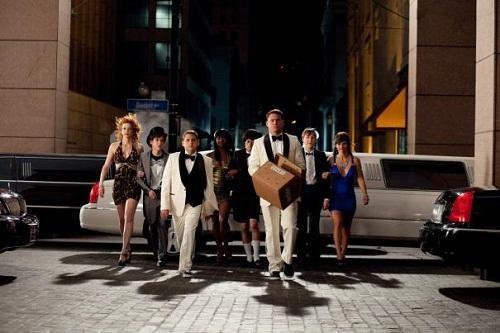 Channing Tatum e Jonah Hill compiono il loro dovere circondati da un gruppo di sexy fanciulle in 21 Jump Street