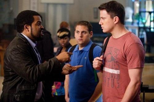 Channing Tatum, Ice Cube e Jonah Hill discutono in una scena di 21 Jump Street
