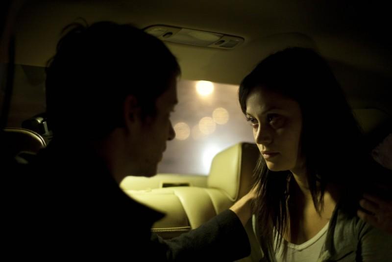 Fernanda Andrade con Simon Quarterman in un'immagine tratta dall'horror L'altra faccia del diavolo
