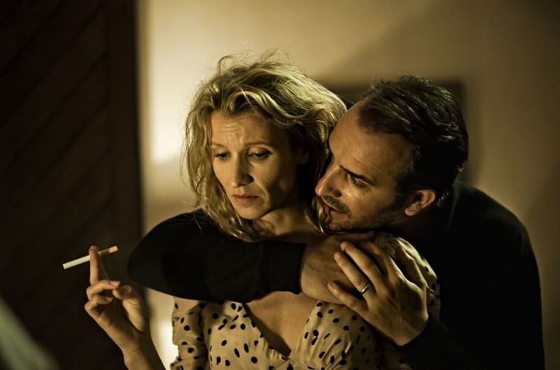 Jean Dujardin ne Gli infedeli con Sandrine Kiberlain