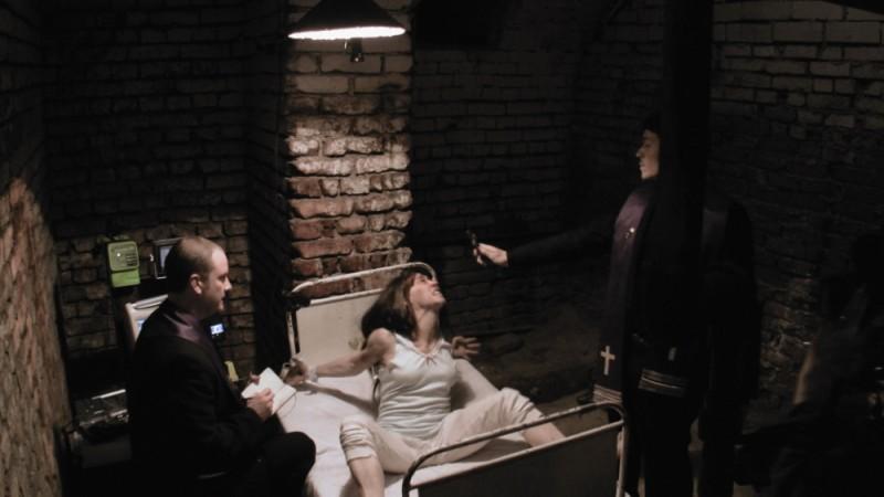 L'altra faccia del diavolo: Simon Quarterman, Bonnie Morgan ed Evan Helmuth in una scena del film