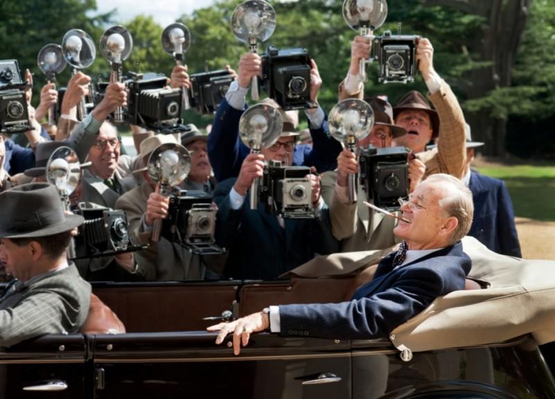 Bill Murray circondato da fotoreporter in una scena di Hyde Park on the Hudson