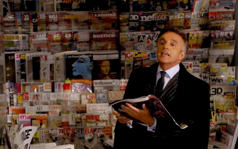 Buona giornata: Christian De Sica tra le riviste in un scena del film