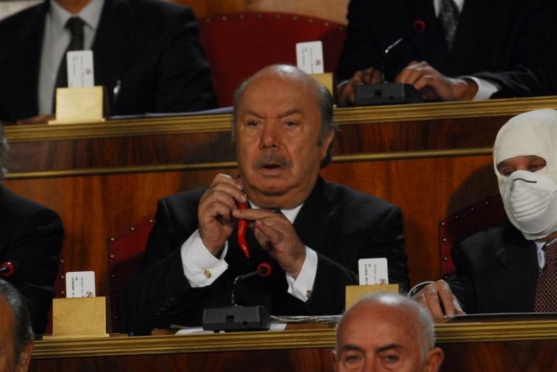 Buona giornata: Lino Banfi ultra scaramantico in una scena della commedia diretta da Carlo Vanzina