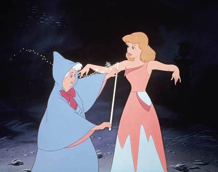 La fata madrina di Cenerentola sta per trasformarle il vestito stracciato in un magnifico abito da sera.