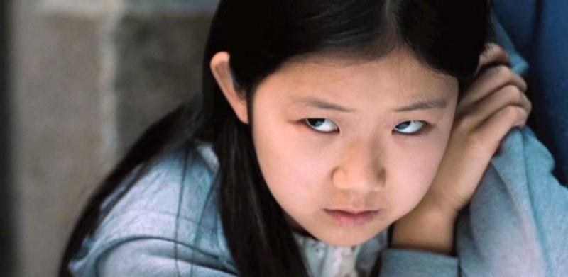la piccola Catherine Chan in una scena di Safe
