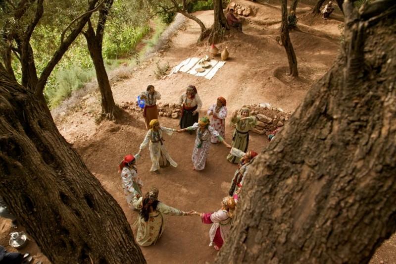 La sorgente dell'amore: le splendide donne protagoniste del film viste dall'alto in una scena del film
