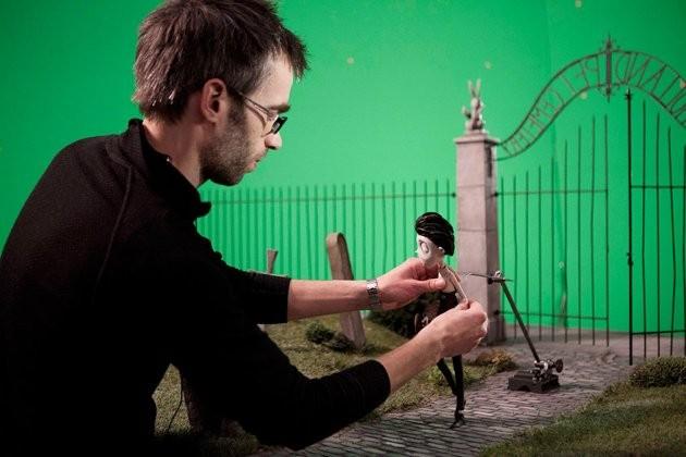 Un collaboratore di Tim Burton alle prese con l'animazione del piccolo Victor, protagonista di Frankenweenie