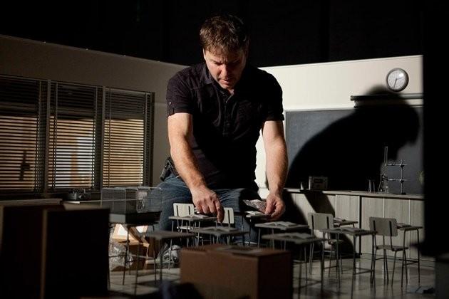 Un collaboratore di Tim Burton sistema il set di Frankenweenie