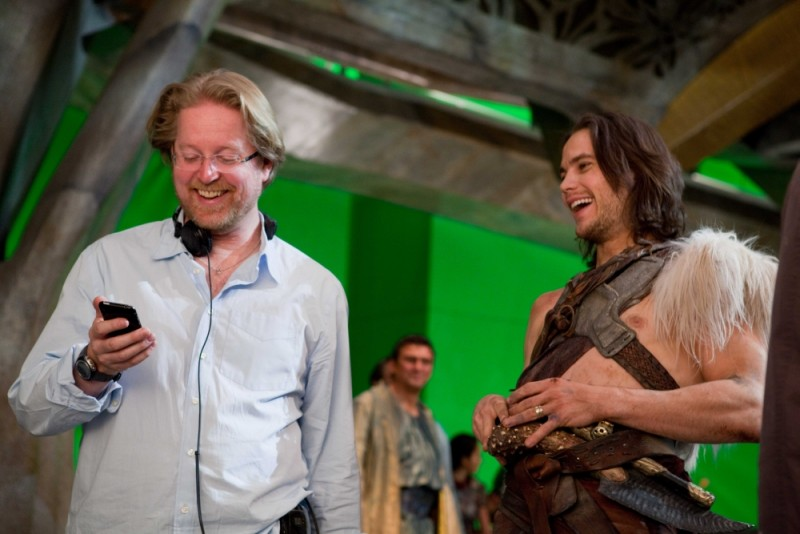 John Carter: il regista del film Andrew Stanton sorrride sul set insieme a Taylor Kitsch